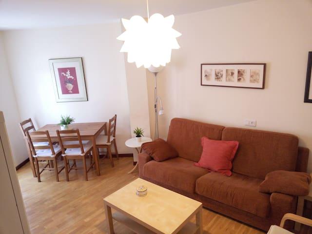 Маленькая, уютная и очень светлая комната