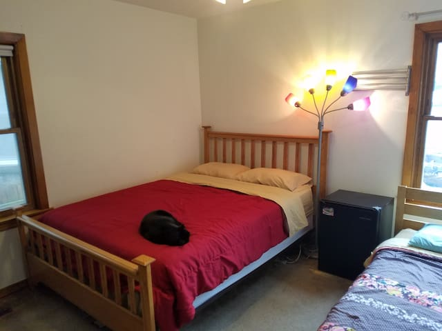 01a. Full bed in Coed Space - 3 mi from NWU