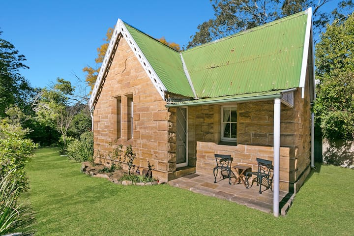 Charming Railway Gatehouse - Brady's Crossing