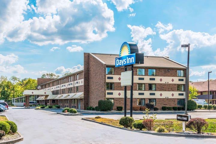 KY Derby Hotel - Free Breakfast, Pool, & Hot Tub! - Louisville - Apartament