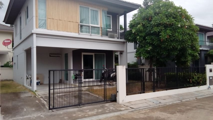 House 5km from Bangkok with public swimmingpool - Bang Bo - Hus