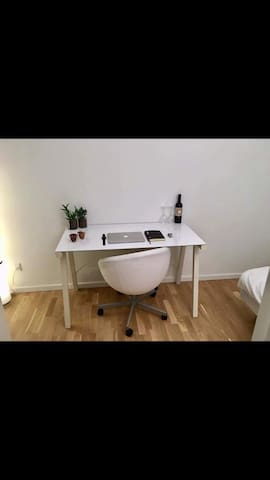 Stor og rummeligt værelse i ny lejlighed