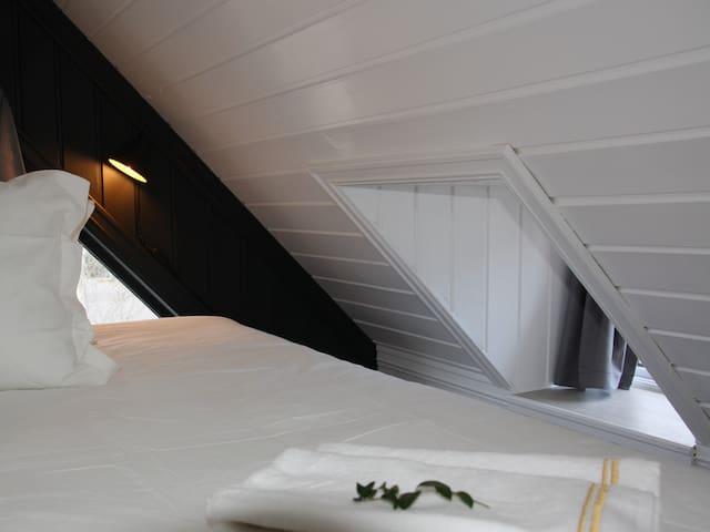 Dobbelseng hems med vindu som kan åpnes. Her vil det være en aircondition på sommertid.