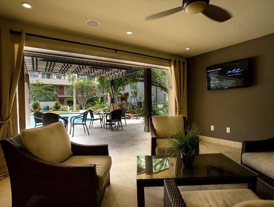 Pool lounge/grill