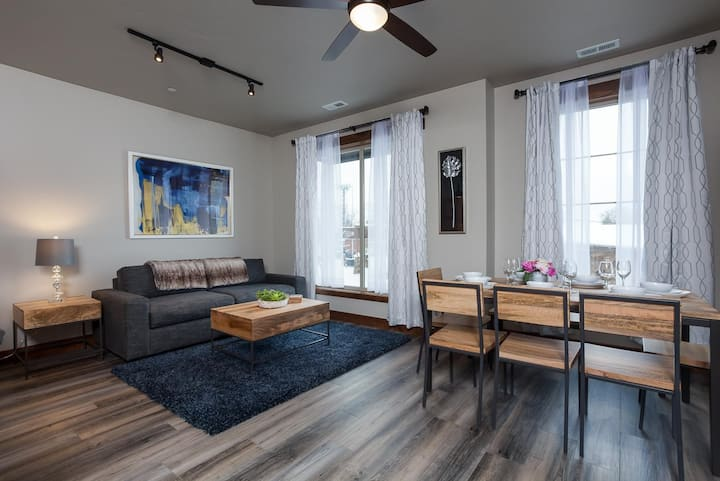 Mural House-  2bed, 2bath Downtown Condo! Just 15-Minutes from Glacier!
