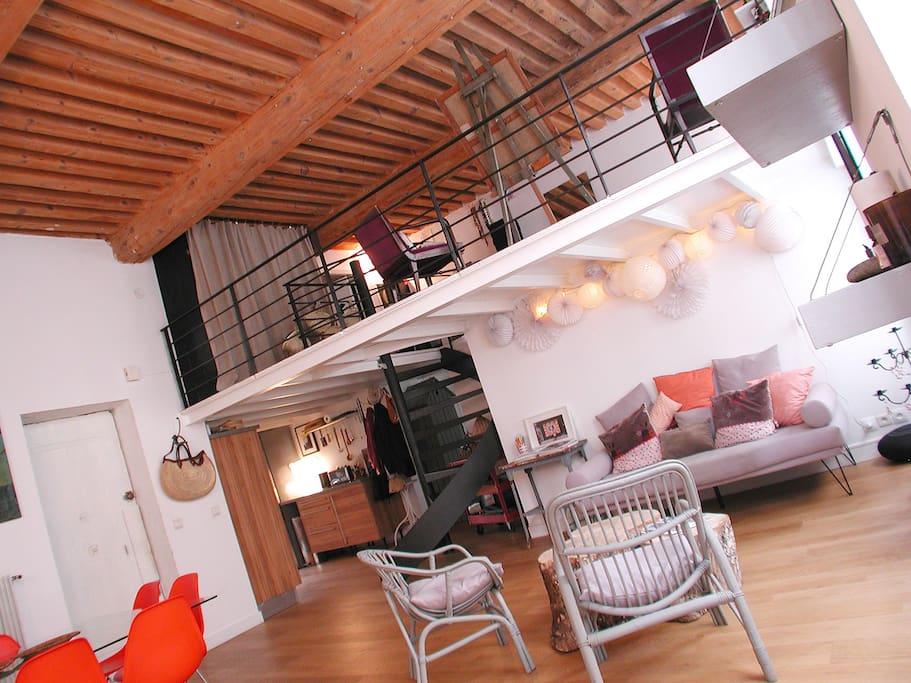Plafond de canuts à la française et mobilier design et vintage