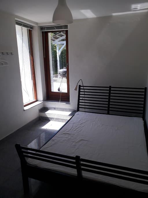 værelse i stueplan med dobbelt-seng
