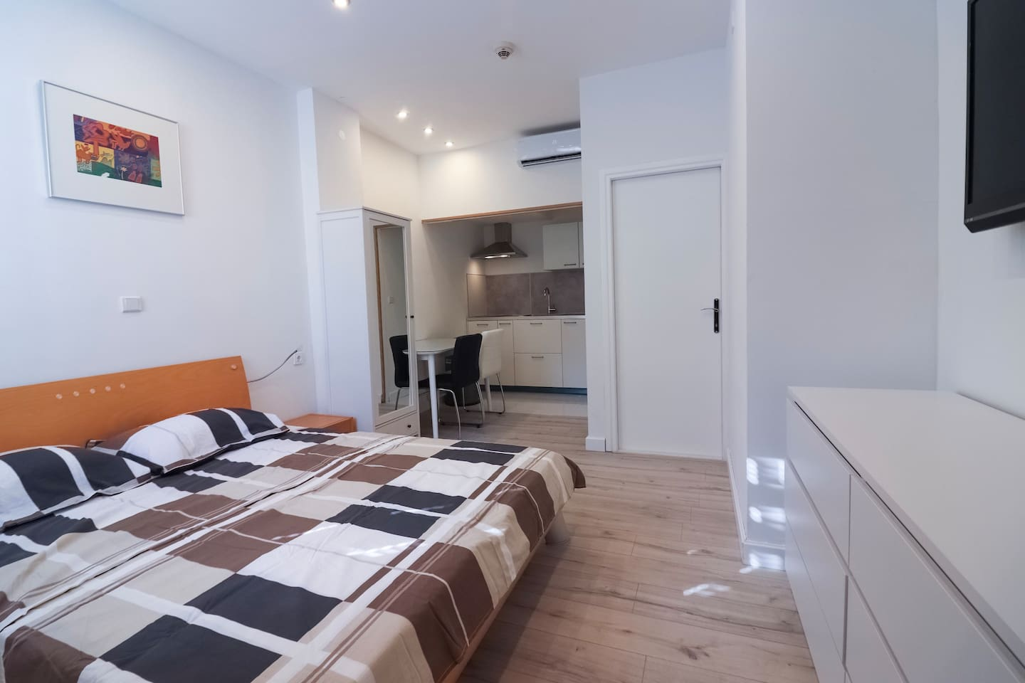 DREAM Studio Apartment Split • 1-2 guests  Features: • Wi-Fi • Air conditioning • LCD TV • Free parking