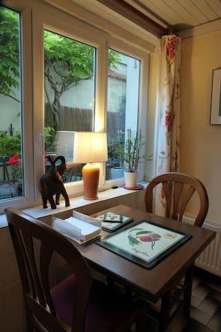 Table bistrot intérieure.