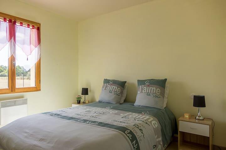 Chambre 1 situé au rez-de-chaussée ! 2 couchages avec Télévision à écran plat dans la chambre, radio reveil, table et lampes de chevet par personne. Vue sur cour intérieur