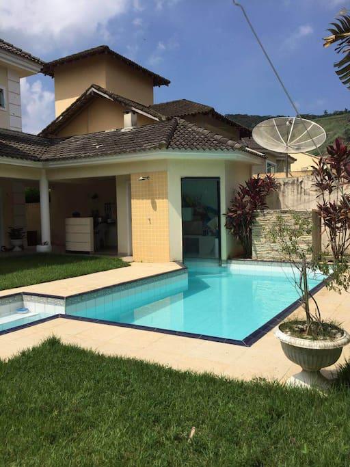 Piscina e churrasqueira // Pool and barbecue space