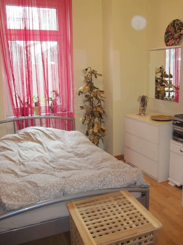 Schönes Zimmer in Altbau-Wohnung