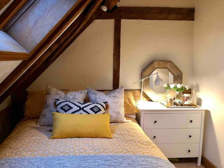 THE OAK ROOM double bed in 17thc converted barn