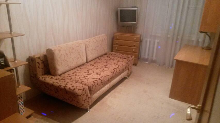 спальня с мебелью и местом для работы