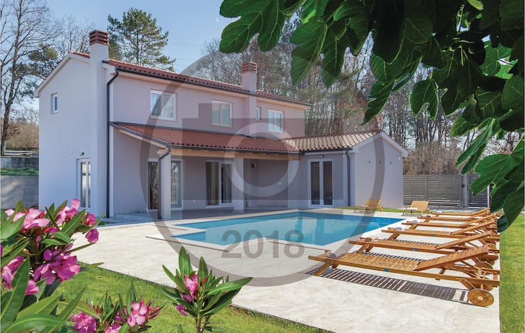 Holiday cottage with 4 bedrooms on 152 m² in Manjadvorci