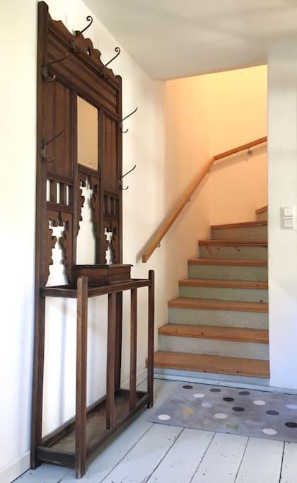 Die Treppe hoch geht es zum Schlafzimmer sowie zum Badezimmer.