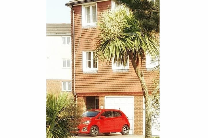 Beachside house double room with parking. Sleeps 3