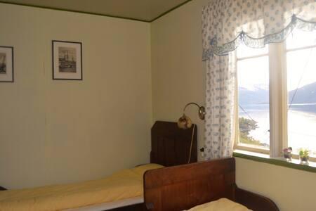 Indre Bjotveit Gard Bed & breakfast med fjord view - Kinsarvik - Bed & Breakfast