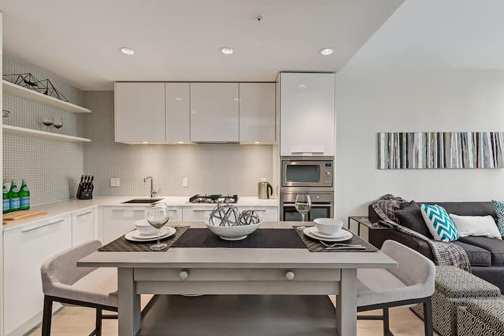 Luxurious 1 Bedroom + Den in Downtown Calgary!