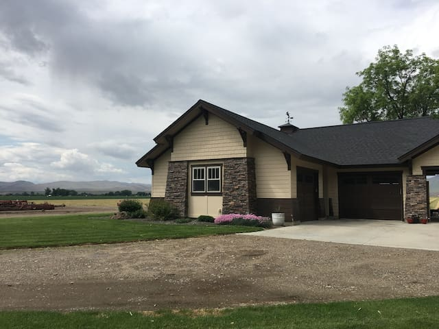 Rural 1-bedroom house with views of farmland