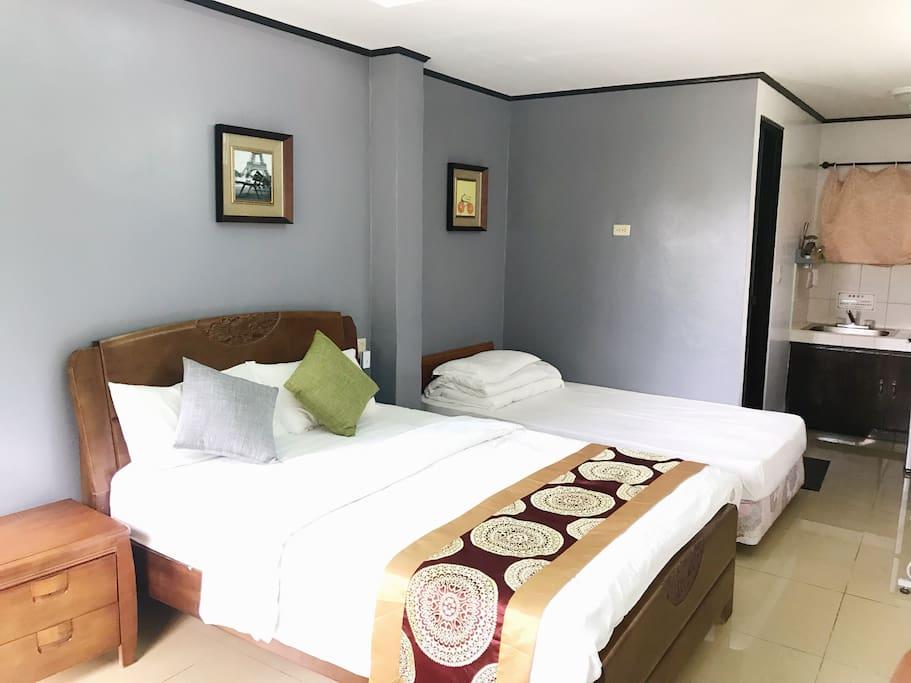 宽敞明亮的房间一张一米五的大床一张一米二的单人床,可以住下三个大人