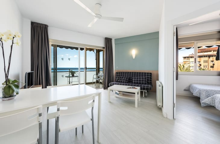 Apartment for 4 in front of the Poniente beach