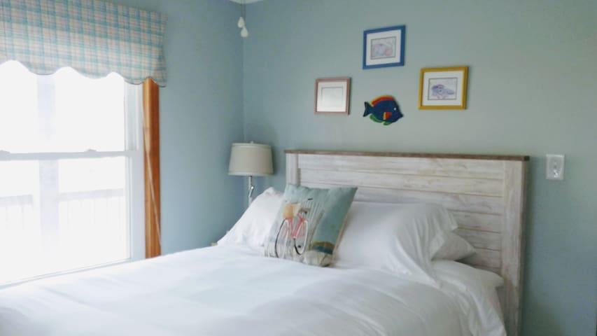 Second level queen bedroom.