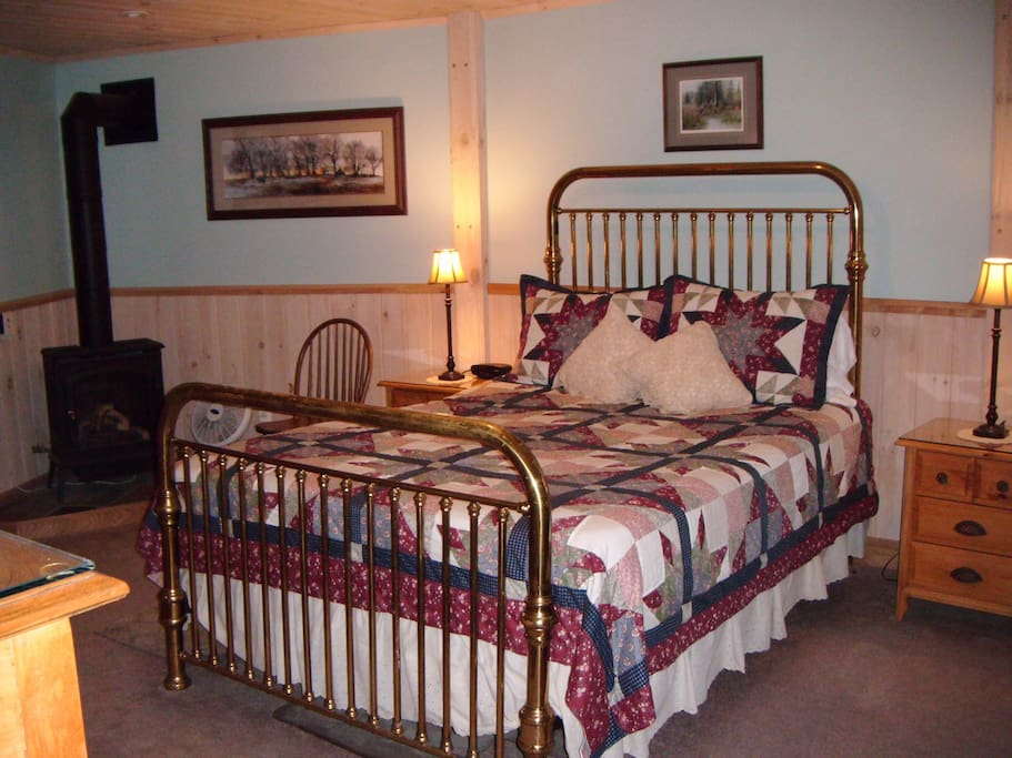 Pine Room - Queen size bed and twin size day bed