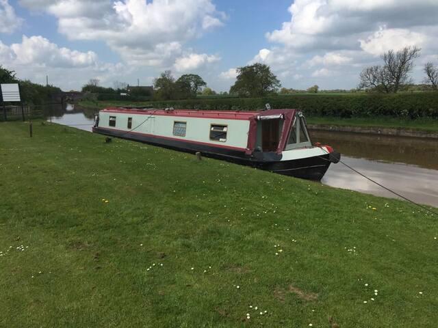 Beautiful, modern, stylish narrowboat
