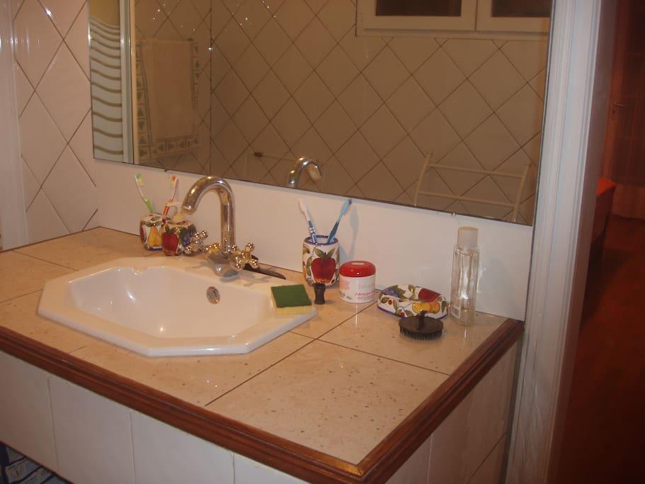 salle de bain moderne avec douche et wc.