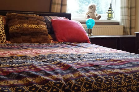Private comfy room close to KGH, Town & Transport