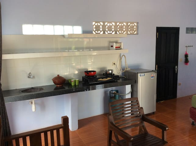 A gas stove with two burners. refrigerator. We also have the minimum cooking utensils. You can cook a lot whenever you like.