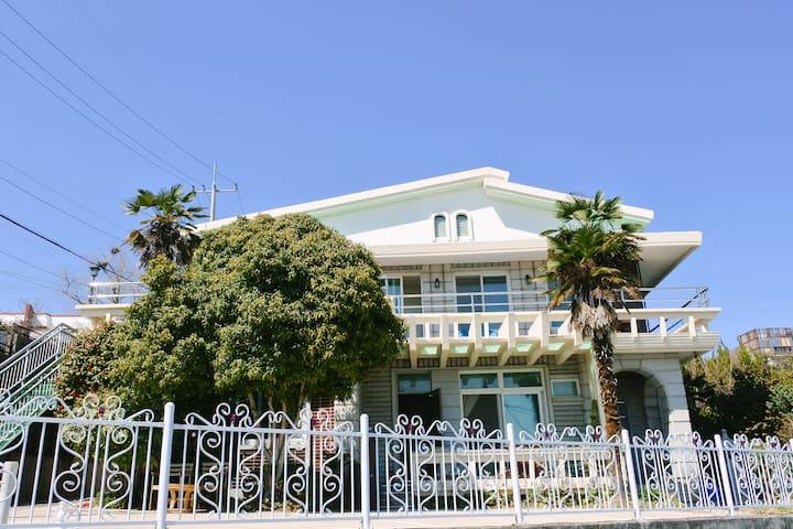 역에서3분거리 힐링 단독주택의 2층:) 멀리 바다가보이는 넓은테라스 '스테이 여수에서'_1