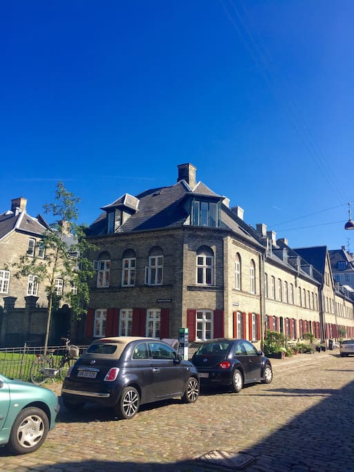 The townhouse. Appartment is located at the 2nd floor.