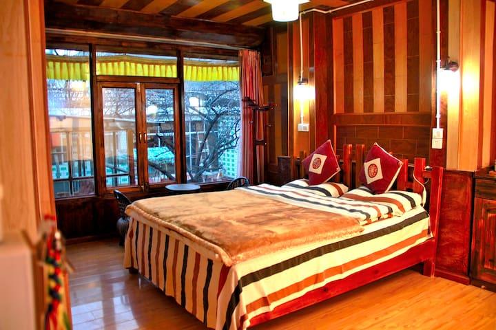 雪域情缘自产精品民宿藏式卓玛大床房(Tibetan King Bed) - Deqen - Haus