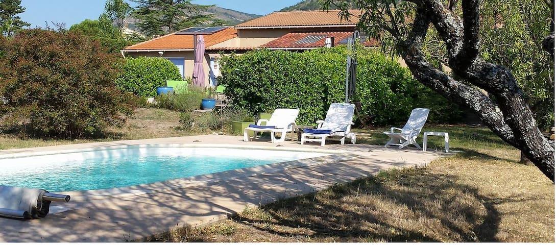 Belle maison et piscine en Haute-provence