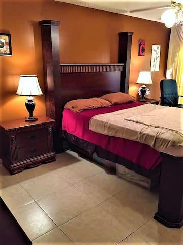 Upstairs master bedroom w/attached full bathroom - Sunrise - Adosado