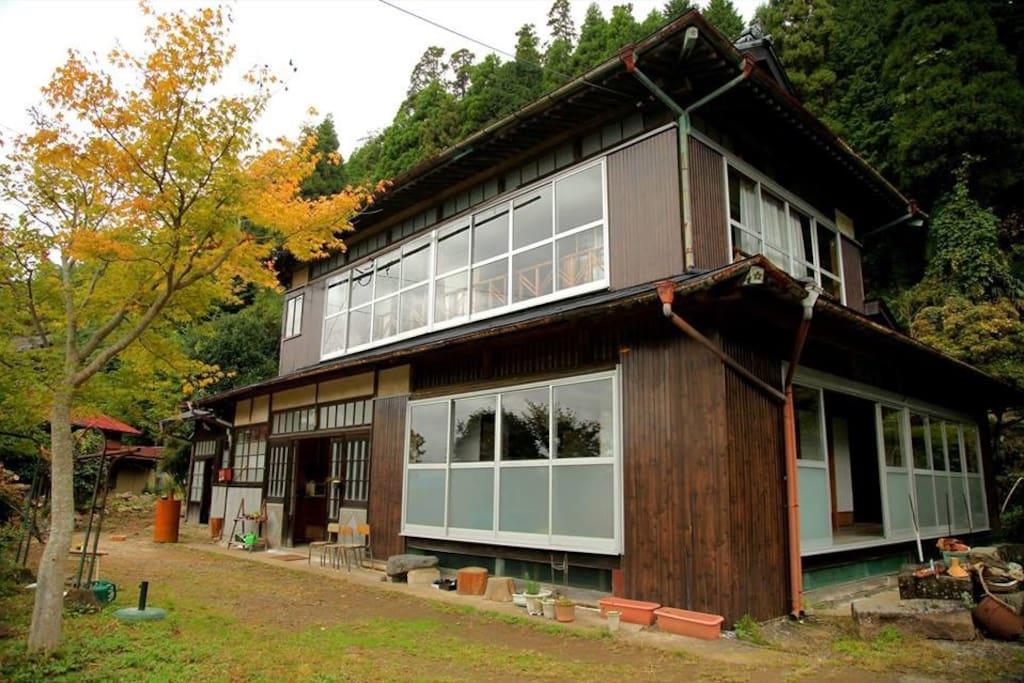 The old folk house built 100 years ago.  築100年の古民家です。