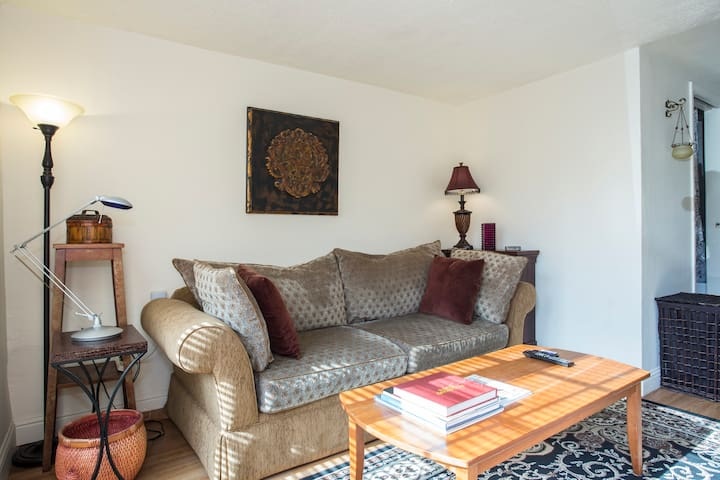OverEasy - A Cozy Centrally-Located Apartment