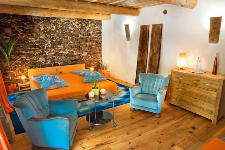 la vieille maison - Gourmet Stop orange room