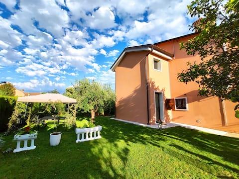 Casa Dolcitalia vaade Lazise lossile ja järvele