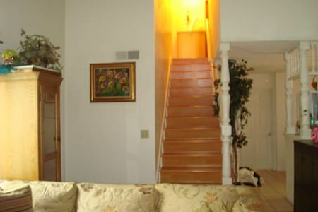 Cozy upstairs bedroom - Rowland Heights - Dom
