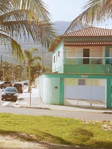 Casa super aconchegante em frente à praia.