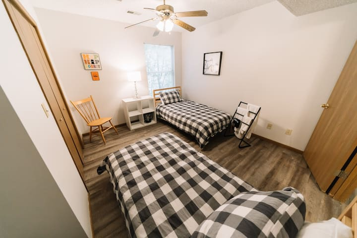 ★ NEW Two Twin Beds ★ Walk to Aggieville & Campus★