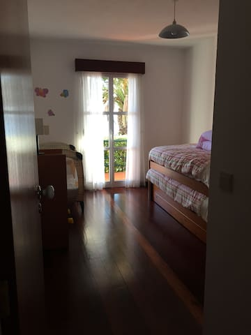 Chambre n°2  2 lits simples gigogne et lit BB