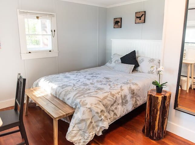 Comfortable Queen size bed (real bed with a head board and quality memory form mattress). Stump tables, benches and a writing desk make this cabin super cute.