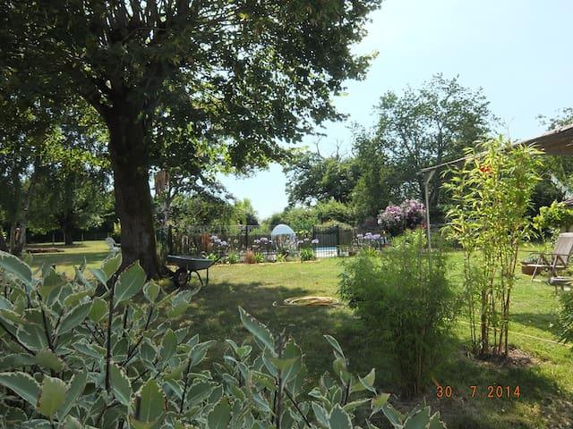 Gîte paisible avec piscine et grand jardin - Corme-Royal - Casa
