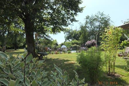 Gîte paisible avec piscine et grand jardin - Corme-Royal
