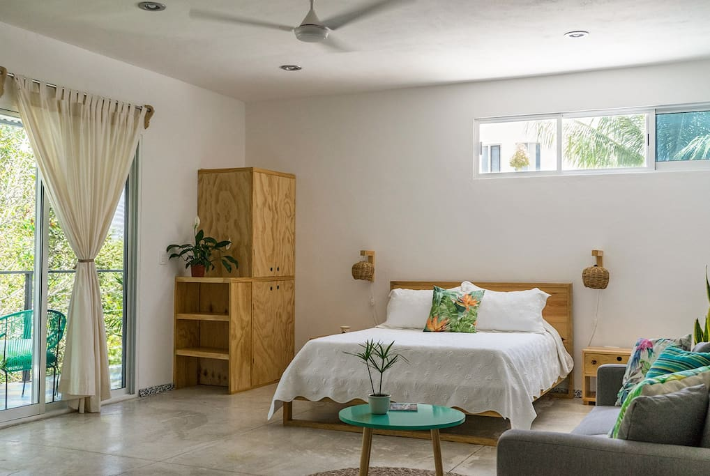 The studio is light and fresh! The high ceilings and patio doors fill it with natural light and the sea breeze.