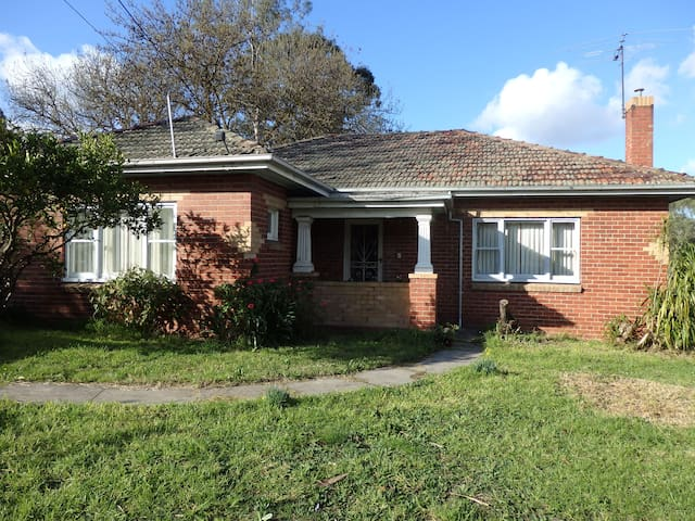 Mandall Avenue - peaceful creek frontage - Ivanhoe - Casa